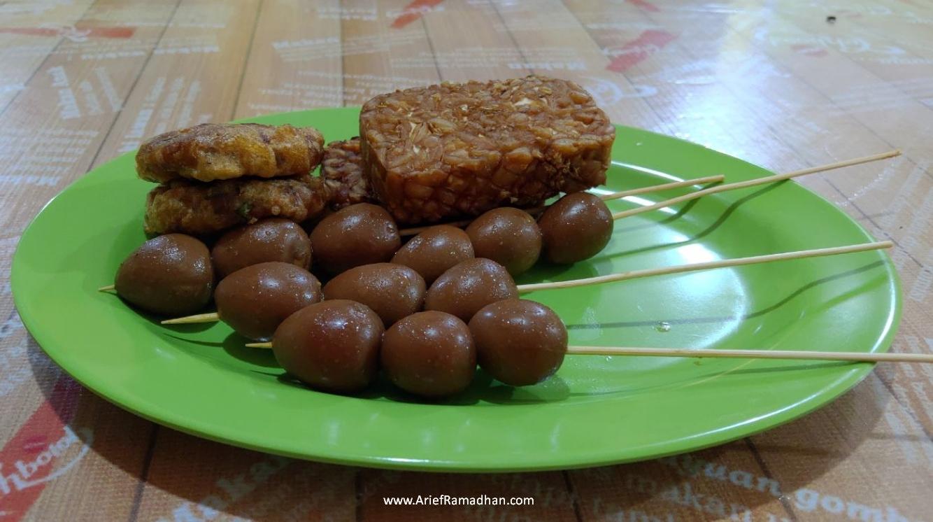 Sate Telur, Perkedel dan Tempe Goreng Sop Ayam Kyai Saleh